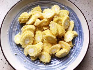 蚝油腐竹玉米笋,洗净之后斜45°切成薄片