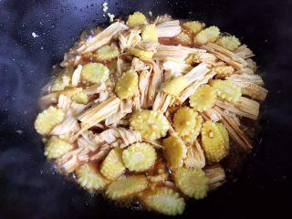 蚝油腐竹玉米笋,翻炒均匀