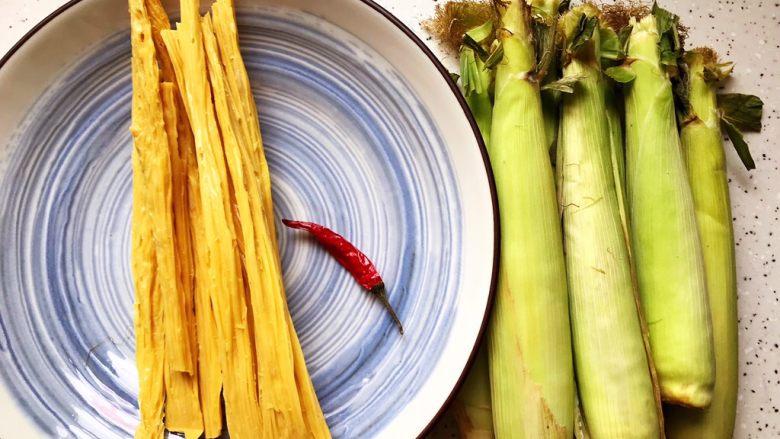 蚝油腐竹玉米笋,首先我们准备好所有食材