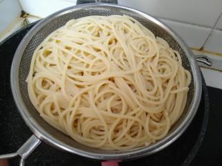 牛油果意面,意面煮至没有硬芯 捞出沥干水分(煮意面时可以加一点橄榄油 可以防止黏在一起)。