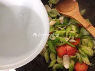 清炒西芹百合胡萝卜,然后加入1/4小碗的水,盖上锅盖煮约2、30秒后关火(时间别太长,西芹煮软了就会没口感。)