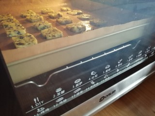 海苔香葱饼干,放在烤盘上,放入已经预热到160度的东菱烤箱中下层,烘烤18分钟左右