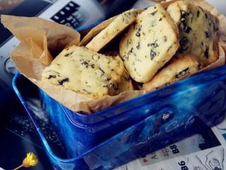 海苔香葱饼干,烤好的饼干放凉后,放入保鲜盒里密封保存