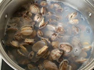 辣炒花蛤,倒入花蛤,煮到微微张口就可以了