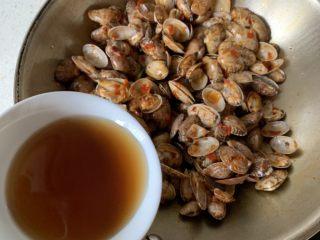 辣炒花蛤,沿着锅边倒入料酒