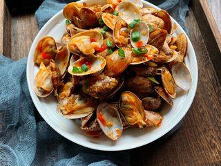 辣炒花蛤,装盘撒葱花,开吃!