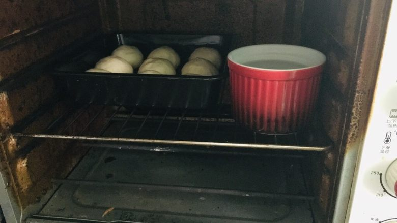 黑芝麻小餐包,烤箱不通电,放一碗开水在里面进行二发。