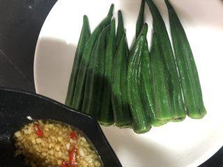 蒜蓉拌秋葵,秋葵捞起,控干水分放在干净的容器里,淋上酱汁,开胃消食的蒜蓉拌秋葵即可食用