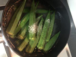 蒜蓉拌秋葵,加入一点盐,一点油,这个过程不能省,加了油盐一起焯烫的秋葵、颜色更鲜绿
