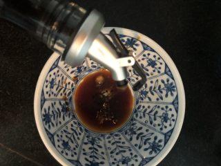 蒜蓉拌秋葵,香醋跟油盐一起搅拌匀