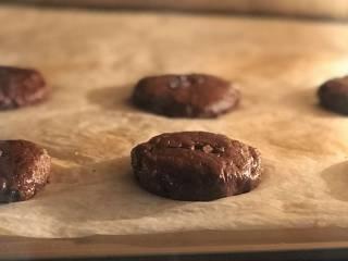 淡奶油巧克力软曲奇,冷藏好的面团取出,均分成18-20份,揉圆按扁,注意摆放要分开一些距离。