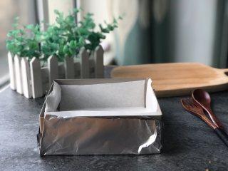 蜂蜜古早蛋糕,提前处理好模具:固底模具里面四周垫好硬纸壳,四周底部再铺层油纸;活底模具在最外面还要用锡纸包好,建议多包两层。