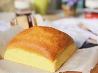 蜂蜜古早蛋糕,烤好的蛋糕取出脱模晾凉。
