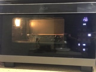 蜂蜜古早蛋糕,采用水浴法:蒸烤箱选择上下火烘烤加蒸的功能,普通烤箱烤盘里装满热水(大约2里面),然后放入模具。提前预热烤箱,150度烤70分钟左右,放在中下层。