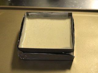 蜂蜜古早蛋糕,将拌好的蛋糕糊倒入模具中,震出气泡。