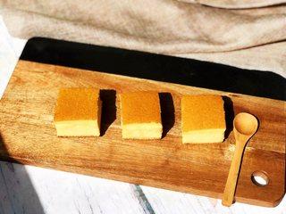 蜂蜜古早蛋糕,凉透后切块儿,如果是特别快的刀10分钟左右就可以切。