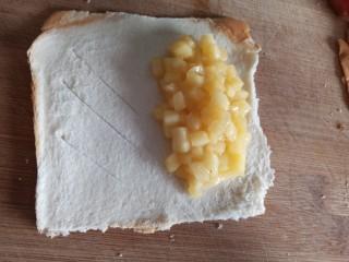 吐司苹果派,半边放上苹果馅,半边划上几个斜口