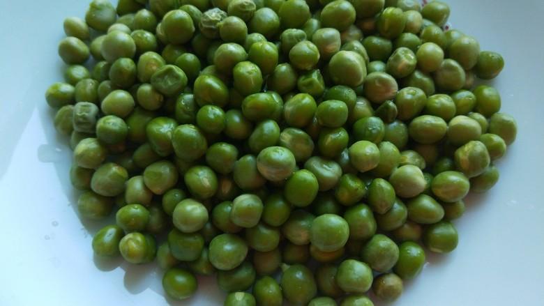豌豆炒肉末  新文美食,豌豆一盘洗干净。