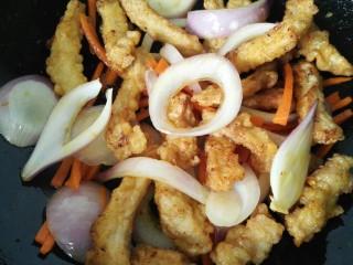 椒盐排条,把炸好的肉条放入其中一同翻炒
