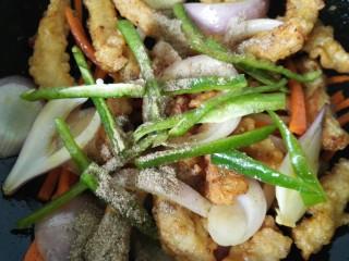 椒盐排条,最后加入青椒再加一些椒盐粉调味