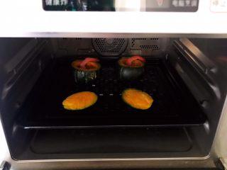 鹌鹑蛋鲜虾贝贝小南瓜盅,放入蒸箱