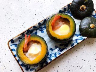 鹌鹑蛋鲜虾贝贝小南瓜盅,摆盘
