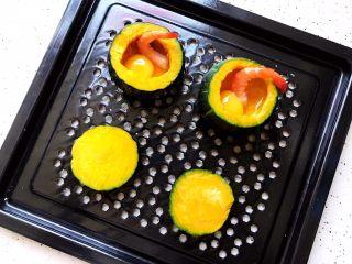 鹌鹑蛋鲜虾贝贝小南瓜盅,放入蒸盘