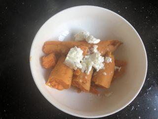 芝士焗红薯泥,趁热去皮加上奶油。(这个奶油是之前我打多了冷冻起来的。)也可以加糖或者蜂蜜或者炼乳。