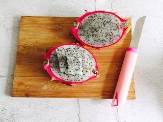 火龙果雪梨汁,火龙果清洗一下对半切开,用刀划好十字格