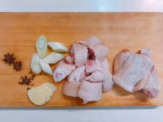 蹄焖鸡,准备好食材调料。  猪蹄两只剁小块,鸡大腿一个切大块(一个鸡腿分两块足够,小块水分容易流失)。
