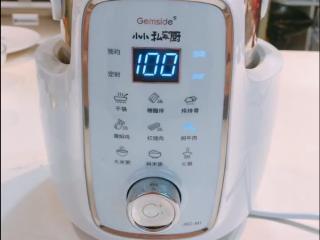 蹄焖鸡,功能键旋转到【焖牛肉】键,程序开始自动烹饪。