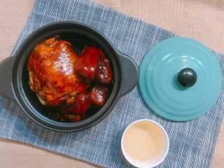 蹄焖鸡,一道高颜值的蹄焖鸡就做好啦~  因为猪蹄的胶质使汤汁很粘稠,最好的办法就是盛在砂锅里,底下可以放个酒精灯,随热随吃,这样保证他的汤汁在流动状态。  当然想出锅就直接吃的也可以,吃法任选~