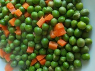 豌豆炒肉末  新文美食,捞出来放入盆中。