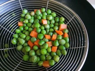 豌豆炒肉末  新文美食,这样的豌豆不会抽缩。