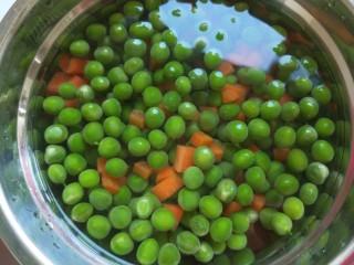 豌豆炒肉末  新文美食,在加入冷水过凉这样口感很好。