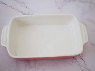 酸奶蔓越莓糕,容器铺上油纸,四周刷上油