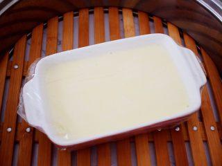 酸奶蔓越莓糕,放入烧开水的蒸锅,大火蒸20分钟,蒸好放凉后脱模再切块