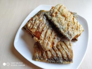 豆豉带鱼(不腥的窍门),注意带鱼要炸成这样的金黄色,这样做好后带鱼块才不碎。不要带鱼还没炸定型呢,就着急捞出来,不然最后只能得到一锅碎鱼肉。