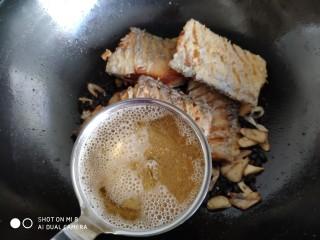 豆豉带鱼(不腥的窍门),让带鱼不腥的重要佐料隆重登场了,对,就是它。。。啤酒。用啤酒代替大部分水,烧好的带鱼一点都不腥。我加了一炒勺多的啤酒,大约90克左右。
