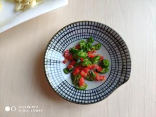 豆豉带鱼(不腥的窍门),喜欢吃辣的切点小米辣,不吃辣的放点青红椒增加点色彩。