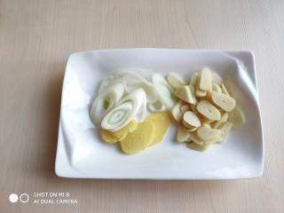 豆豉带鱼(不腥的窍门),切好葱、姜、蒜。