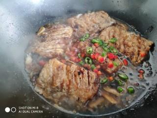 豆豉带鱼(不腥的窍门),看到汤汁变浓稠变少,就可以关火了。