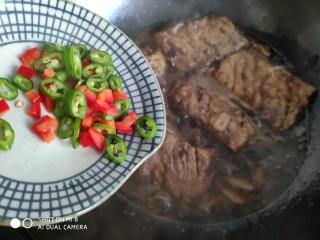 豆豉带鱼(不腥的窍门),最后倒入青红椒粒。