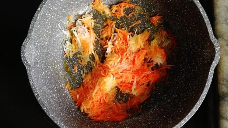 巨好吃的土豆杂蔬鳕鱼肠芝士小丸子,锅内倒入适量的油,倒入胡萝卜丝和土豆丝翻炒至断生