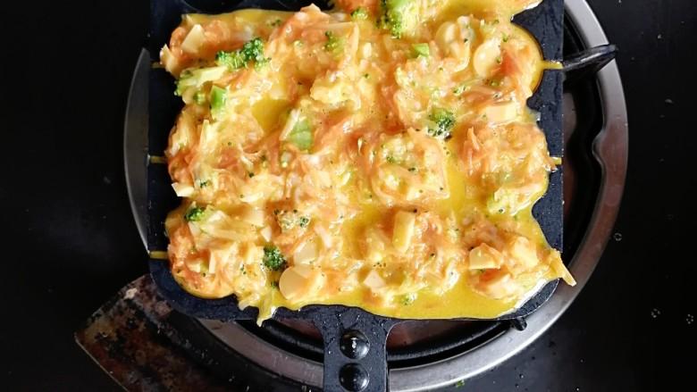 巨好吃的土豆杂蔬鳕鱼肠芝士小丸子,取一个丸子锅,刷上一层油,每个孔舀入面糊,小火慢煎