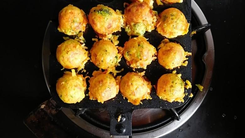 巨好吃的土豆杂蔬鳕鱼肠芝士小丸子,煎至底部金黄后,用筷子翻面,煎至两面金黄就可以出锅啦