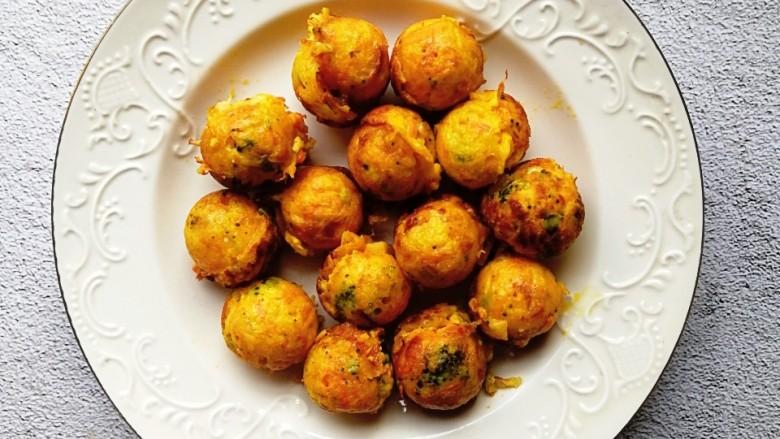 巨好吃的土豆杂蔬鳕鱼肠芝士小丸子,出锅的小丸子装盘