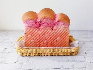 超级软绵的火龙果吐司(一次发酵),取出脱模,涨的好高的吐司