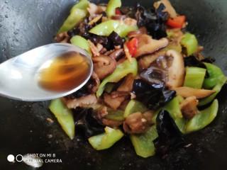 酱爆香菇木耳肉片,关火后再倒入半勺香油。