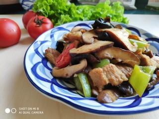 酱爆香菇木耳肉片,酱香味浓的香菇木耳肉片,特别下饭。